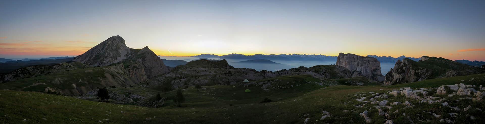 Panorama Bivouac Lever Soleil Alpes Grand Veymont Hauts Plateaux Vercors Itinerance Sejour Trek Tente Slow Rando